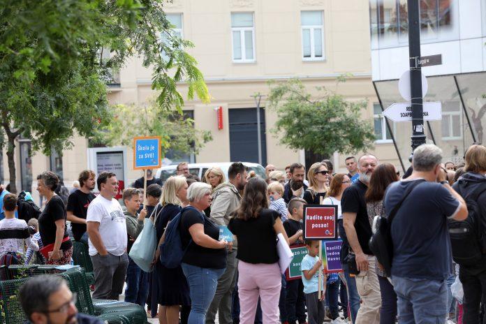 (FOTO) Prosvjed roditelja djece s posebnim potrebama zbog nedostatka pomoćnika u nastavi: 'I ministrica ima pomoćnicu'